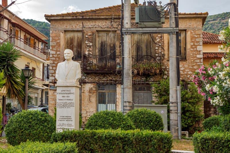 Typisk gata i den Nafpaktos staden, västra Grekland arkivfoto