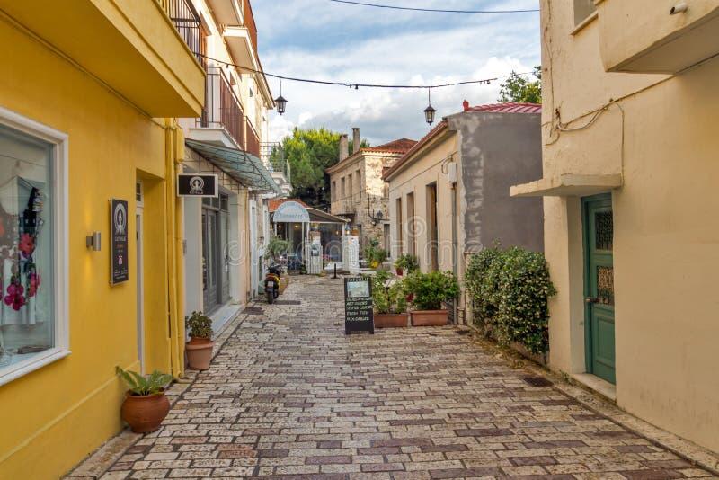 Typisk gata i den Nafpaktos staden, västra Grekland arkivbilder