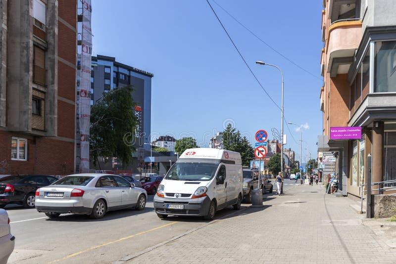 Typisk gata och byggnad i stad av Pirot, Serbien royaltyfria bilder
