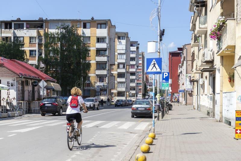 Typisk gata och byggnad i stad av Pirot, Serbien arkivbild
