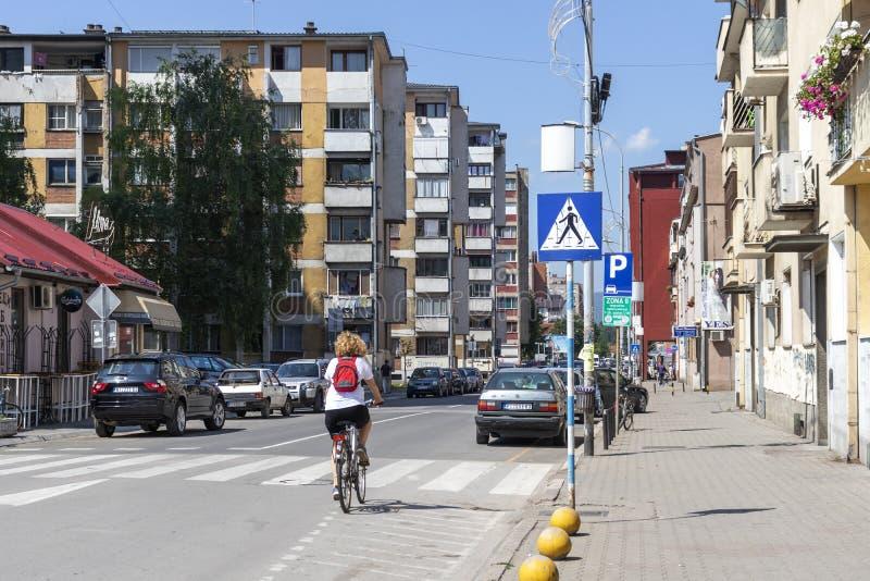 Typisk gata och byggnad i stad av Pirot, Serbien royaltyfri bild