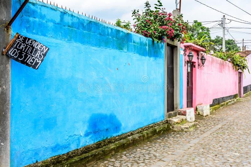 Typisk gataplats av colorfully målade väggar i guatemalan V arkivfoto