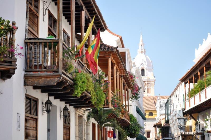 Typisk gataplats i Cartagena, Colombia av en gata med gamla historiska koloniala hus fotografering för bildbyråer