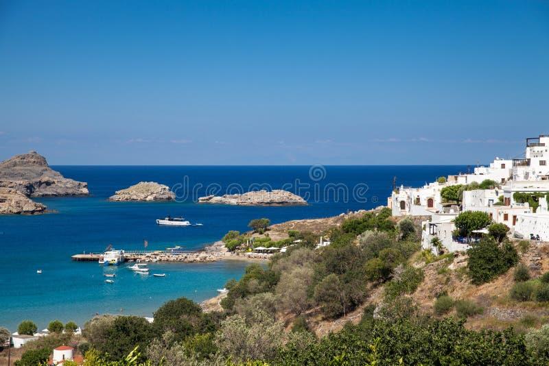 Typisk grekisk arkitektur Vithus på kusten royaltyfria bilder