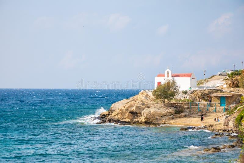 Typisk grekisk kyrklig vit byggnad med den röda kupolen mot den blåa himlen på ön Mykonos, Grekland royaltyfria bilder