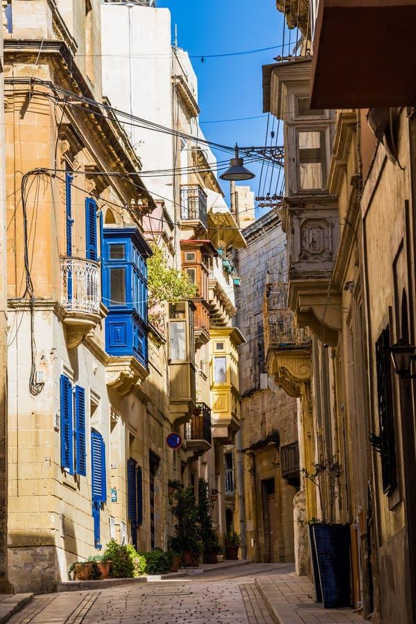 Typisk härlig smal gränd i Birgu, Vittoriosa - en av de tre stärkte städerna av Malta royaltyfri bild