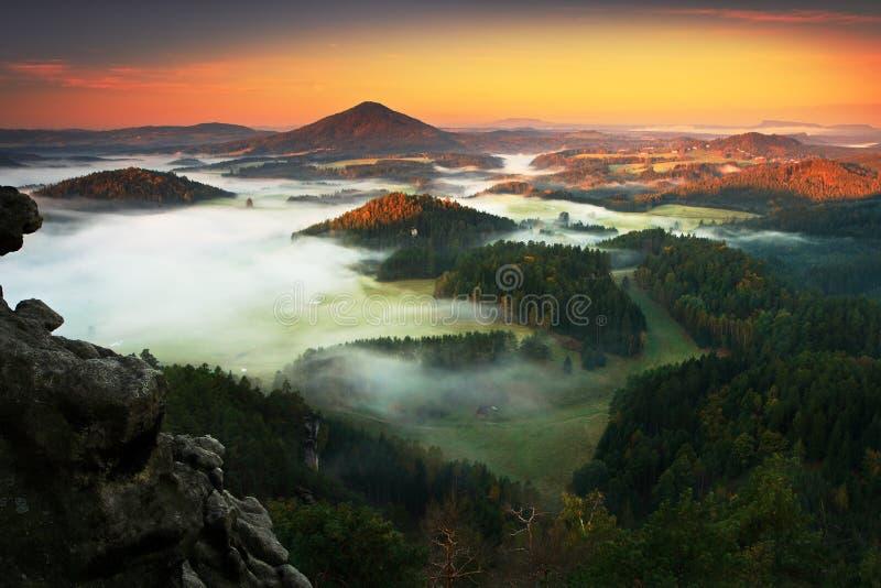 Typisk höstlandskap för tjeck Kullar och byar med dimmig morgon Morgonnedgångdalen av bohemmet Schweiz parkerar Kulleintelligens fotografering för bildbyråer