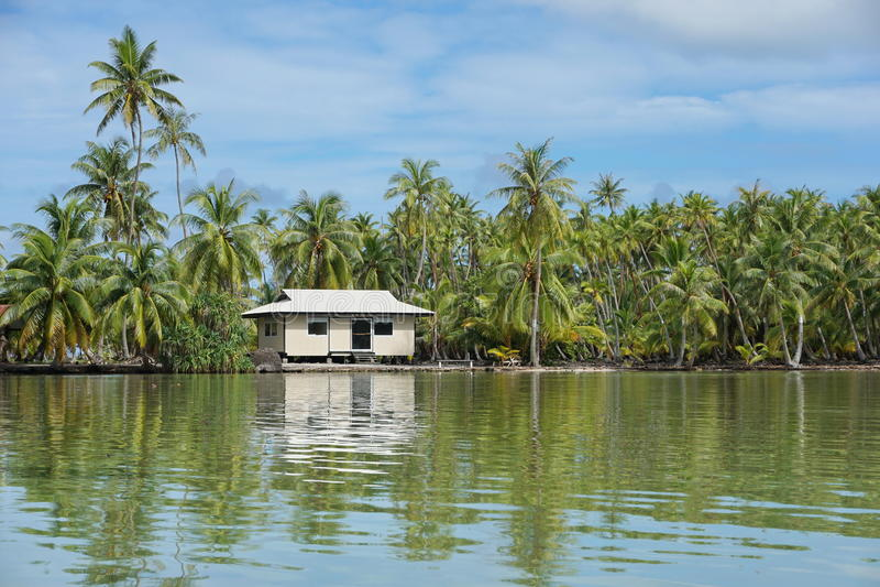 Typisk hem för kust- landskap av franska Polynesien arkivbilder