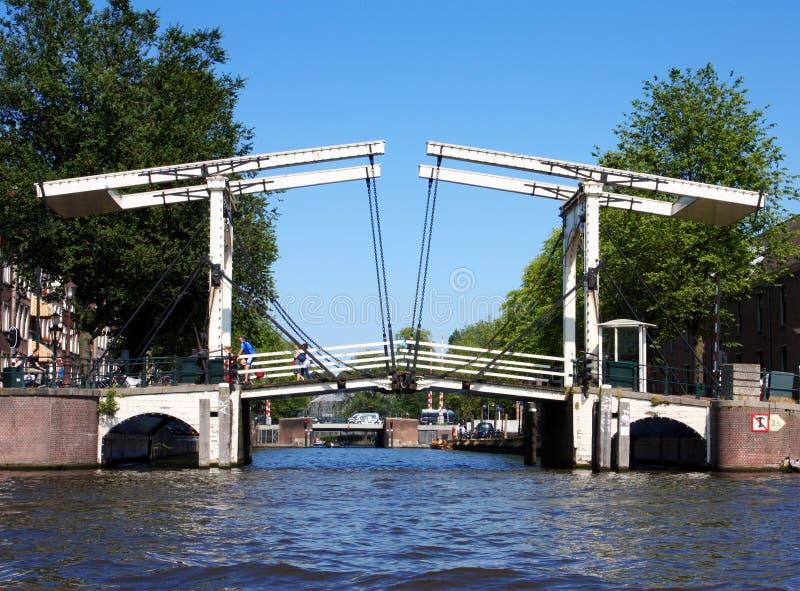 Typisk holländsk basculebro i Amsterdam royaltyfri fotografi