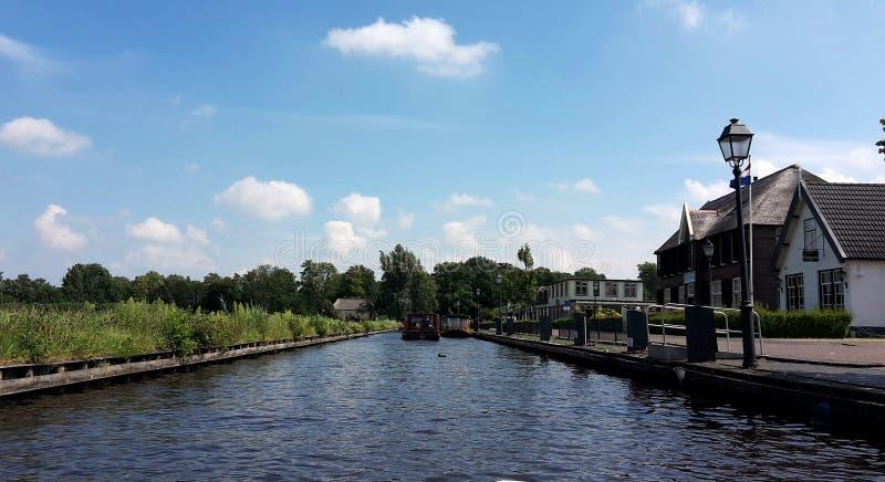 Typisk holländsk by, Giethoorn i Nederländerna arkivfoto