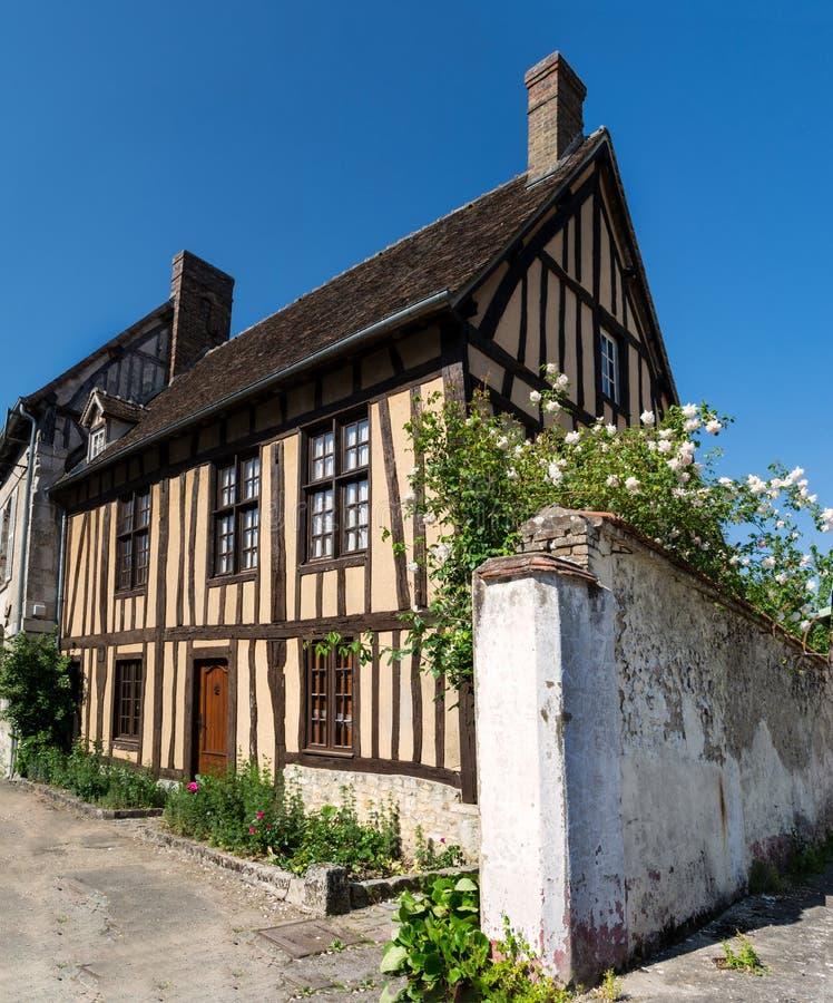 Typisk hus av Normandie nära Paris royaltyfria bilder