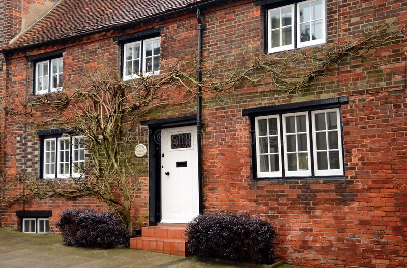 Typisk ingång till det engelska huset i en liten stad av Arundel royaltyfria foton
