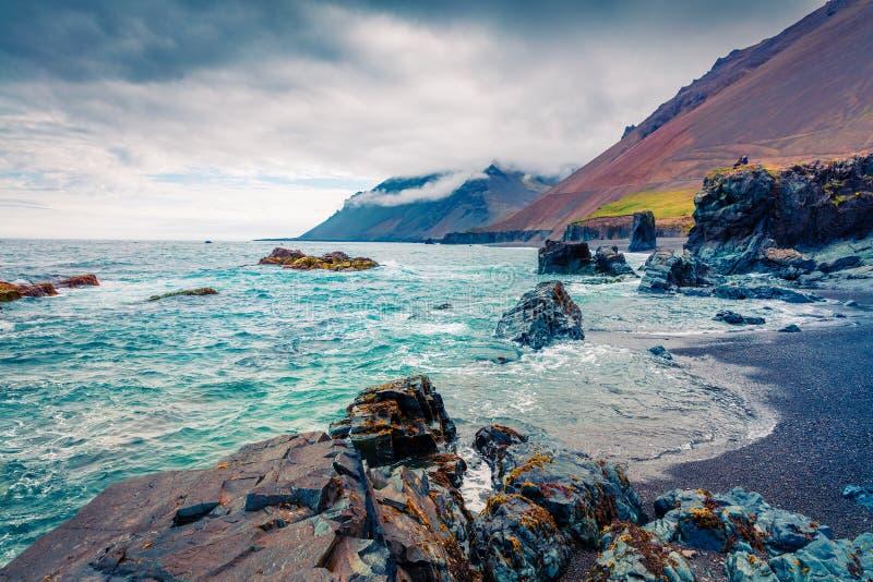 Typisk isländsk seascape med svart basaltsand Dramatisk sommarmorgon på västkusten av Island, Europa Konstnärlig stil po arkivfoto
