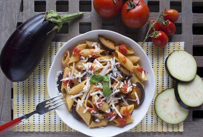 Typisk italiensk mat: sicilian pasta som kallas norma royaltyfria bilder