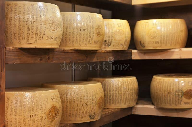 Typisk italiensk ost kallade parmigiano fotografering för bildbyråer