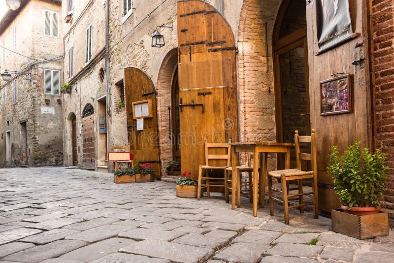 Typisk italiensk restaurang i den historiska gränden royaltyfri fotografi