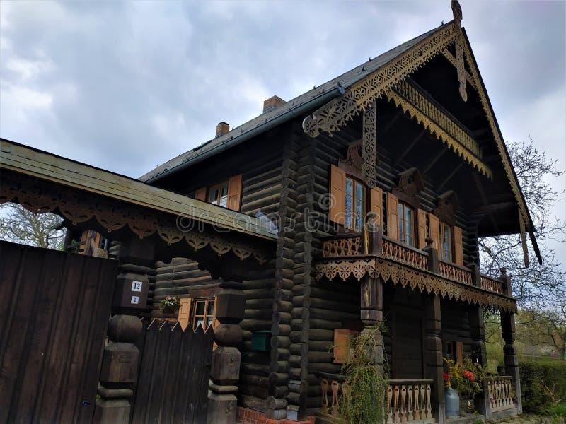 Typisk journalhus i den ryska bosättningen Alexandrovka royaltyfria bilder