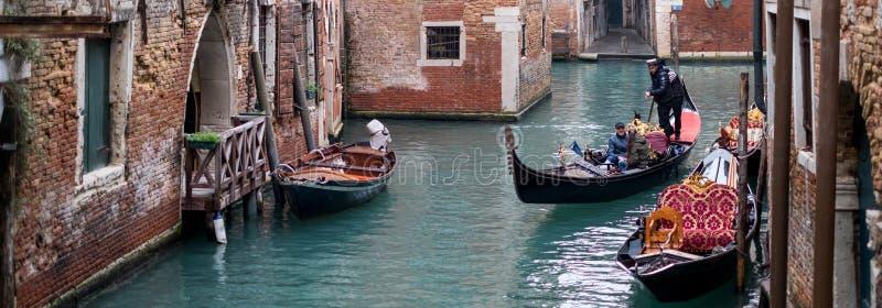 Typisk kanalplats i Venedig Italien med gondoler som tas på en klar dag arkivbilder