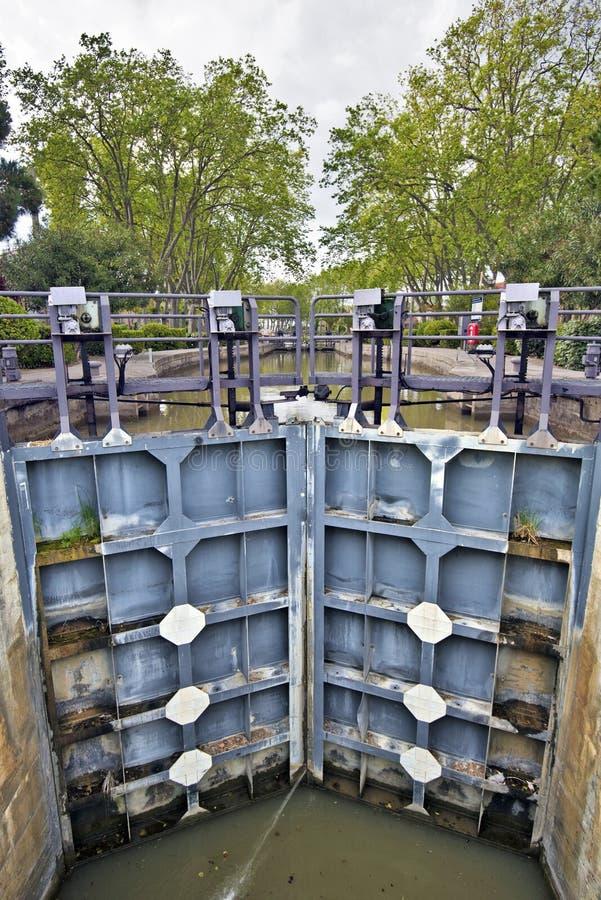 Typisk låsmekanism av Canal du Midi royaltyfri foto