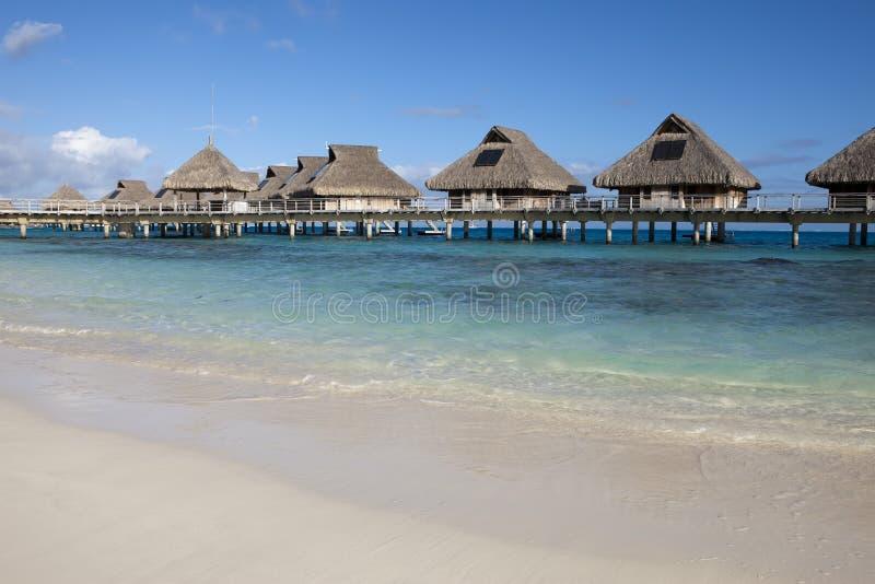 Typisk landskap av tropiska öar - kojor, trähus över vatten arkivfoto