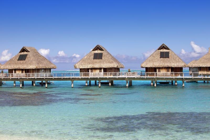 Typisk landskap av tropiska öar - kojor, trähus över vatten arkivbilder