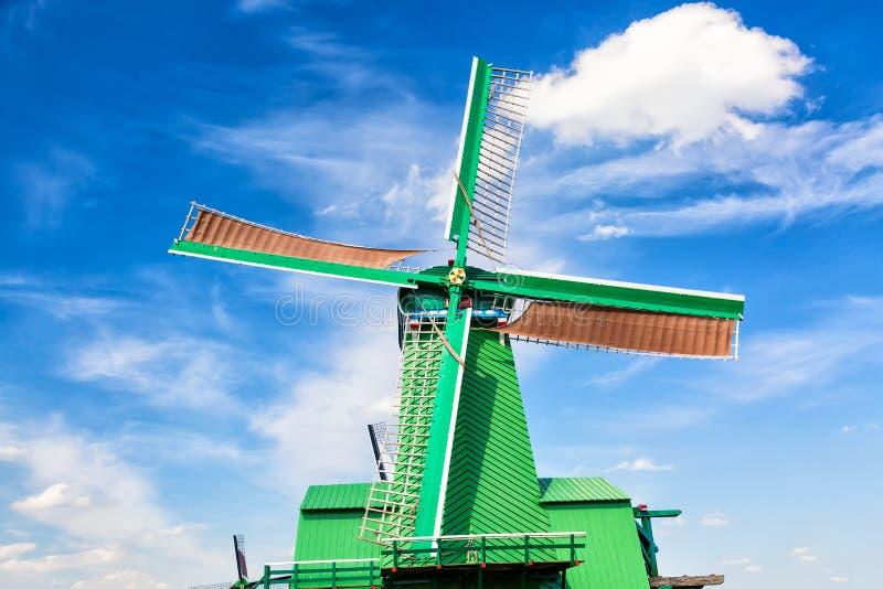 Typisk landskap för holländare Traditionell gammal holländsk väderkvarn mot blå molnig himmel i den Zaanse Schans byn, Nederlände arkivbilder