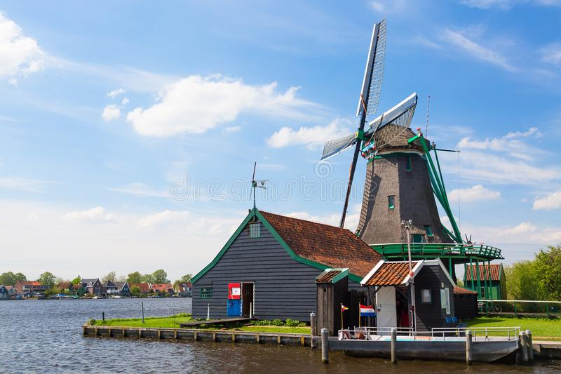 Typisk landskap för holländare Traditionell gammal holländsk väderkvarn mot blå molnig himmel i Zaansen Schans royaltyfria bilder