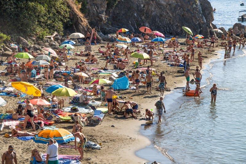 Typisk ligurian strand i sommartid, i Levanto, LaSpezia landskap nära 5 Terre, Italien royaltyfri bild