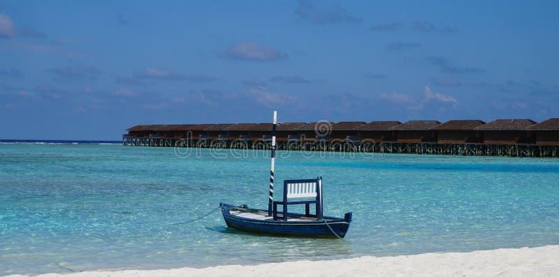 Typisk maldiviskt fartyg på lagun royaltyfria bilder