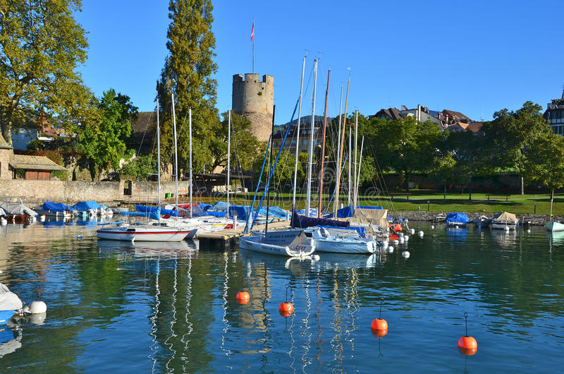 Typisk maritim terminal på Genève sjön Stad av Latouen arkivfoton