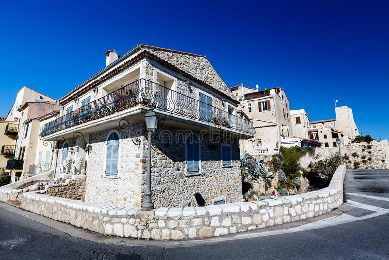 Typisk medelhavs- hus i Antibes arkivbild