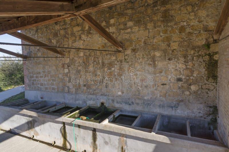 Typisk offentligt tvätta-hus i den medeltida byn av Monticchiello, Siena, Tuscany, Italien royaltyfri foto