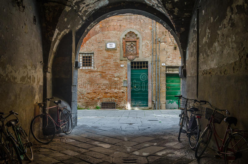 Typisk plats i Lucca (Italien) royaltyfri foto