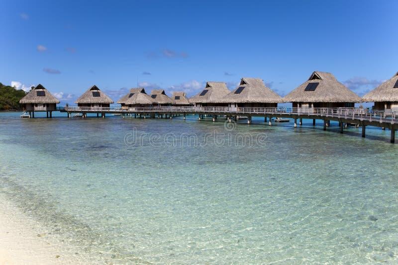 Typisk Polynesian landskap - små hus på vatten arkivfoton