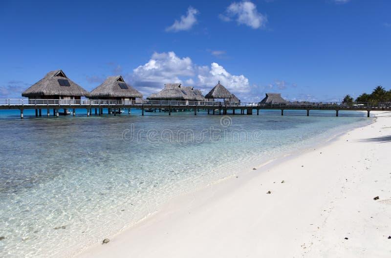 Typisk Polynesian landskap - små hus på vatten royaltyfria foton