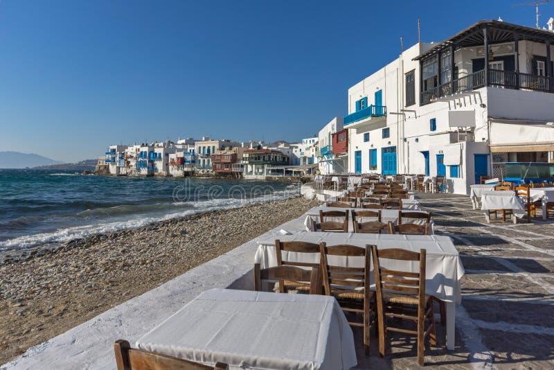 Typisk restaurang och lilla Venedig på Mykonos, Cyclades, Grekland royaltyfri bild