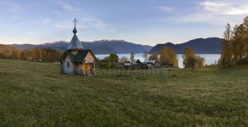 Typisk rysskyrka i bergen royaltyfri foto