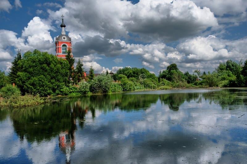 Typisk rysslandskap med den gamla kyrkan royaltyfria foton