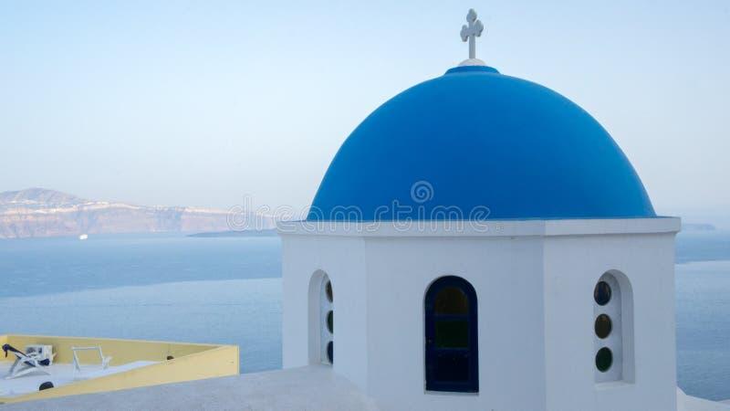 Typisk Santorini kyrka fotografering för bildbyråer