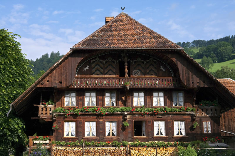 Typisk schweiziskt trähus i bergby royaltyfria foton