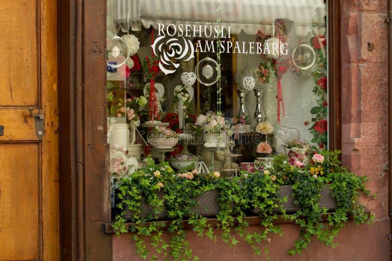 Typisk shoppa fönstret i Schweiz arkivfoto