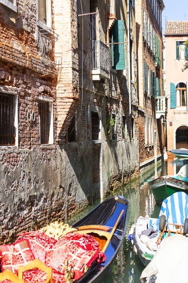 Typisk sikt av den smala sidan av kanalen, med fartyg, Venedig, Italien arkivbilder