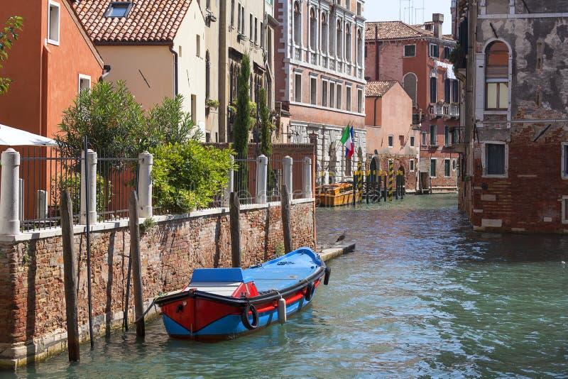Typisk sikt av den smala sidan av kanalen, Venedig, Italien royaltyfri foto