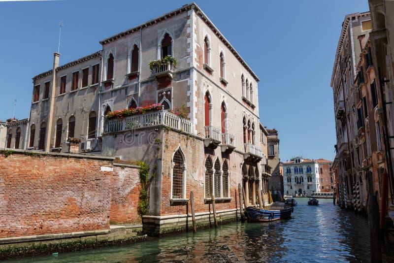 Typisk sikt av fartyg på kanalen av Venedig Perfekta slottar solig dagsommar arkivfoto