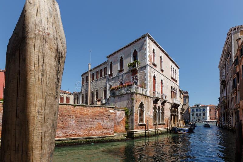 Typisk sikt av fartyg på kanalen av Venedig Perfekta slottar solig dagsommar royaltyfri fotografi