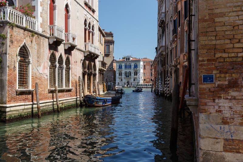Typisk sikt av fartyg på kanalen av Venedig Perfekta slottar solig dagsommar royaltyfria foton