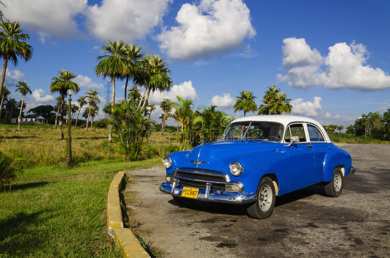 Typisk sikt av klassikerblåttamerikanaren på Kuba fotografering för bildbyråer