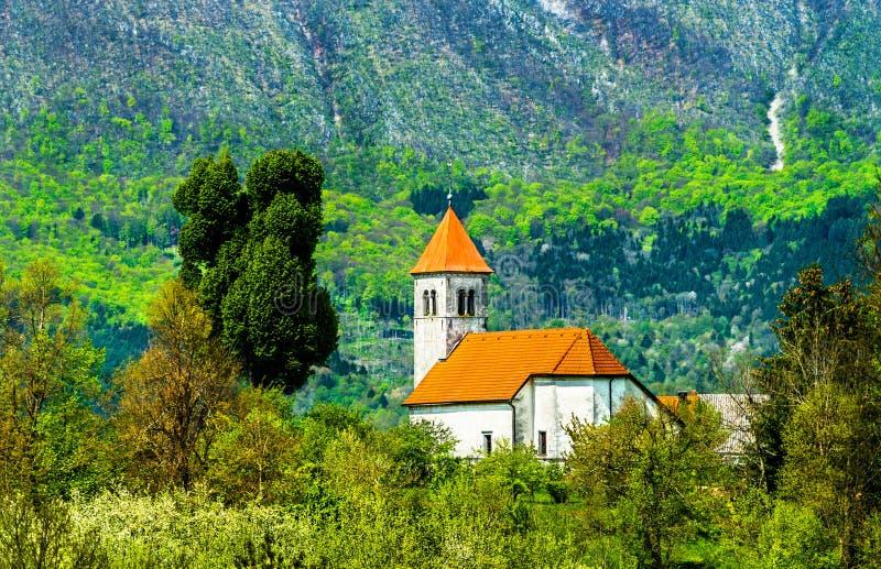 Typisk slovenian kyrka i Gorice royaltyfri foto