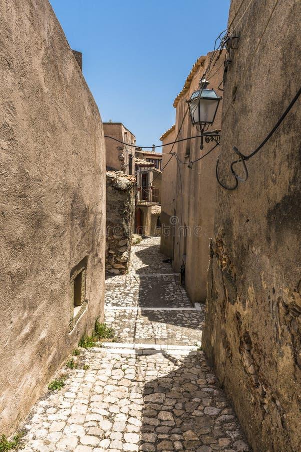 Typisk smal gata i by av den Forza d'Agroen, Sicilien royaltyfri bild