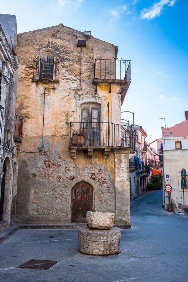 Typisk smal gata i Sicilian by av den Forza d'Agroen fotografering för bildbyråer